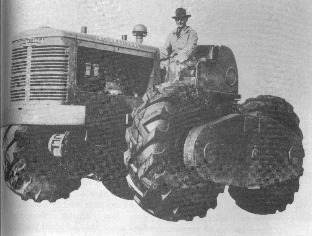 i nternationalcon oit dans les ann es quarante un tracteur quatre roues motrices sur la base d. Black Bedroom Furniture Sets. Home Design Ideas